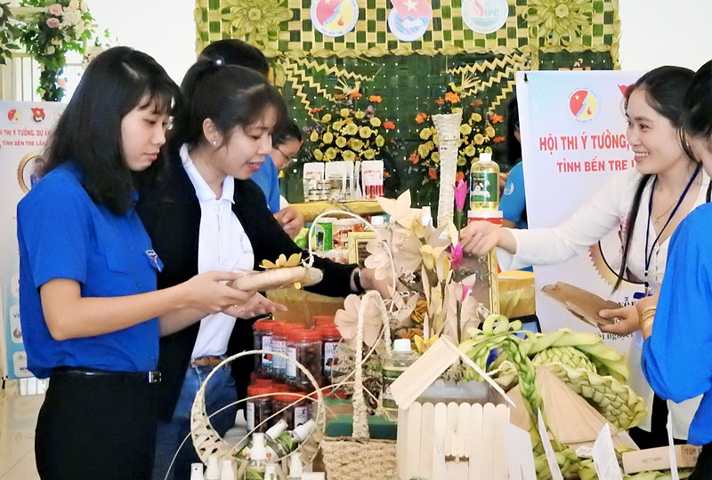 Đoàn viên, thanh niên tham quan các sản phẩm trưng bày tại Hội thi ý tưởng, dự án khởi nghiệp tỉnh Bến Tre lần II năm 2018. Ảnh: Thanh Đồng