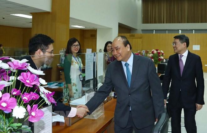 Thủ tướng Nguyễn Xuân Phúc đến thăm, chúc Tết cán bộ, viên chức, người lao động Ngân hàng Chính sách xã hội trong ngày làm việc đầu tiên của Xuân Kỷ Hợi 2019. Ảnh: Thống Nhất/TTXVN