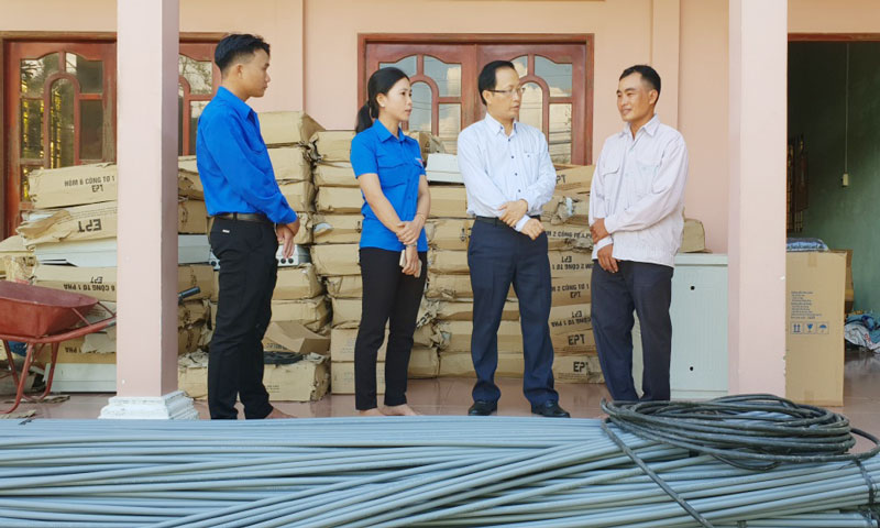 Bí thư Huyện ủy Nguyễn Trúc Sơn khảo sát tình hình hoạt động của Hợp tác xã Minh Ngọc.