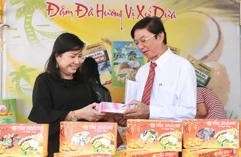 Ông Lê Văn Khê - Giám đốc Sở Công Thương thăm gian hàng kẹo dừa Vĩnh Tiến, tại Hội chợ OCOP Bến Tre tại TP. Hồ Chí Minh vào cuối tháng 1-2019.