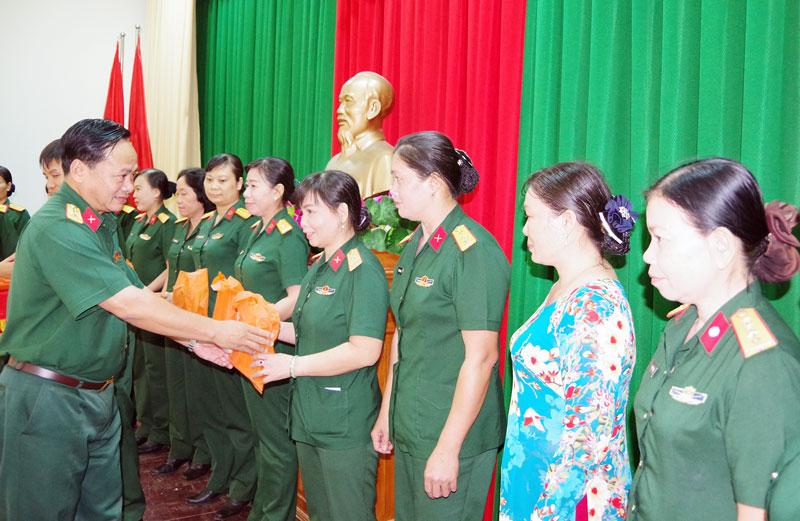 Thủ trưởng Bộ Chỉ huy Quân sự  tỉnh tặng quà cho chị em hội viên. Ảnh: Đặng Thạch