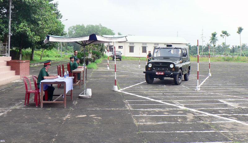 Thực hành lái xe trong Hội thi chuyên ngành kỹ thuật. Ảnh: Đặng Thạch