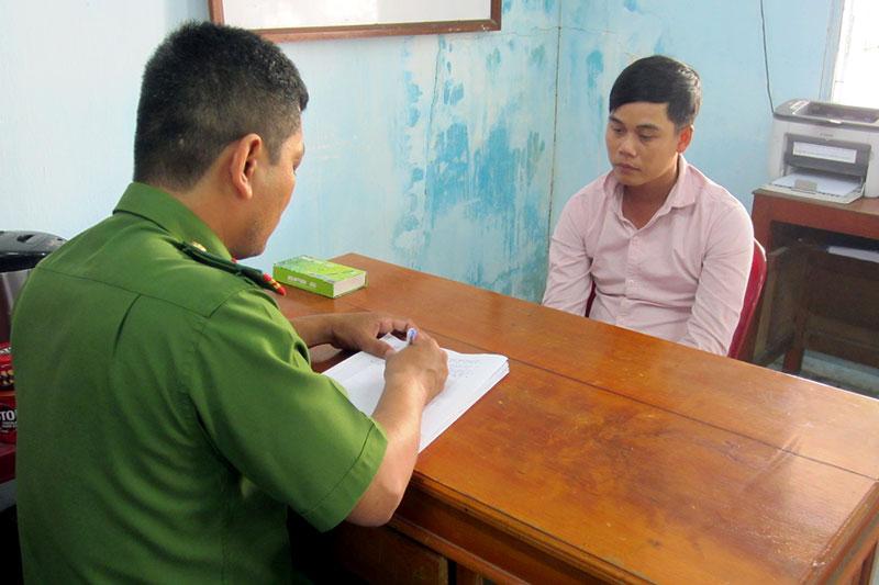 Công an làm việc với đối tượng Nguyễn Văn Thật Em. Ảnh: Trần Thắng
