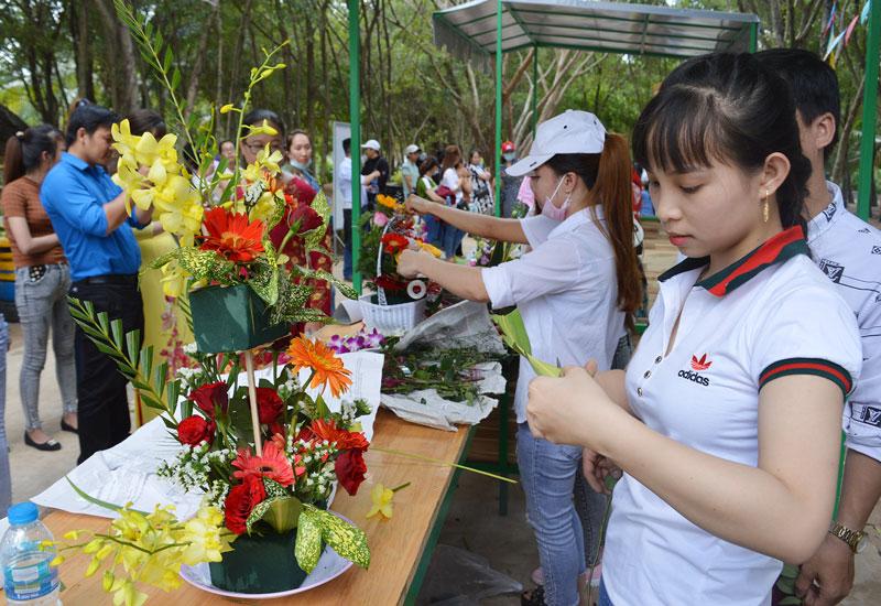 Cùng tham gia hội thi cắm hoa.