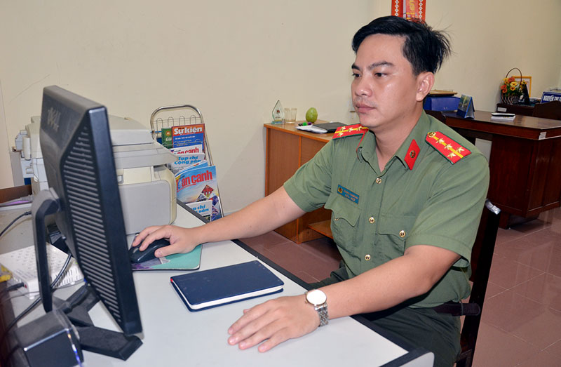 Đồng chí Hải kiểm tra thông tin trên mạng máy tính.