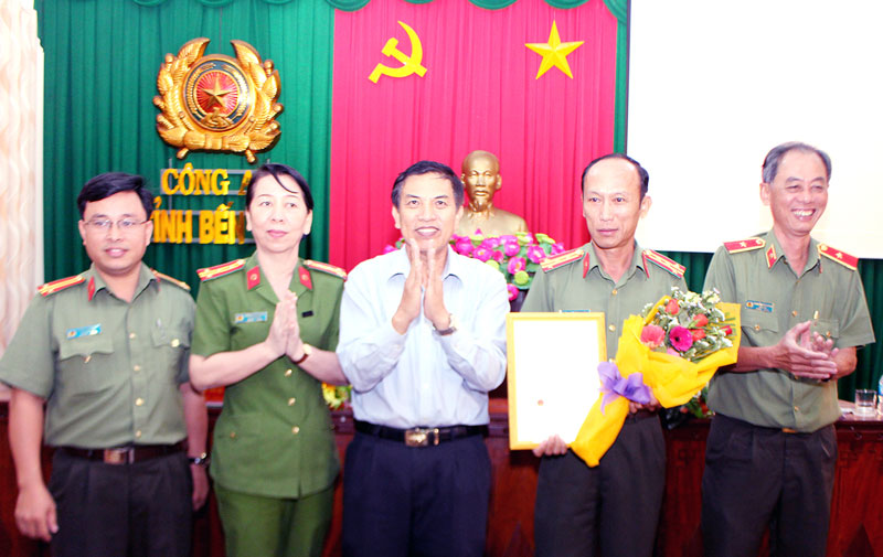 Chủ tịch UBND tỉnh Cao Văn Trọng trao bằng khen và tặng hoa cho Ban Giám đốc Công an tỉnh.
