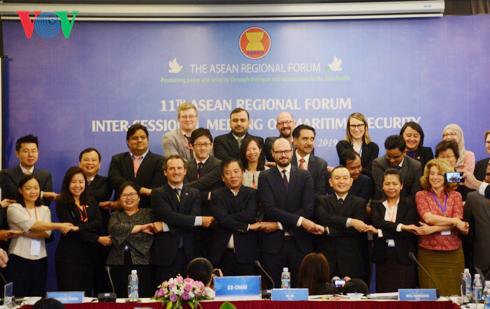Các đại biểu dự họp chụp ảnh lưu niệm.