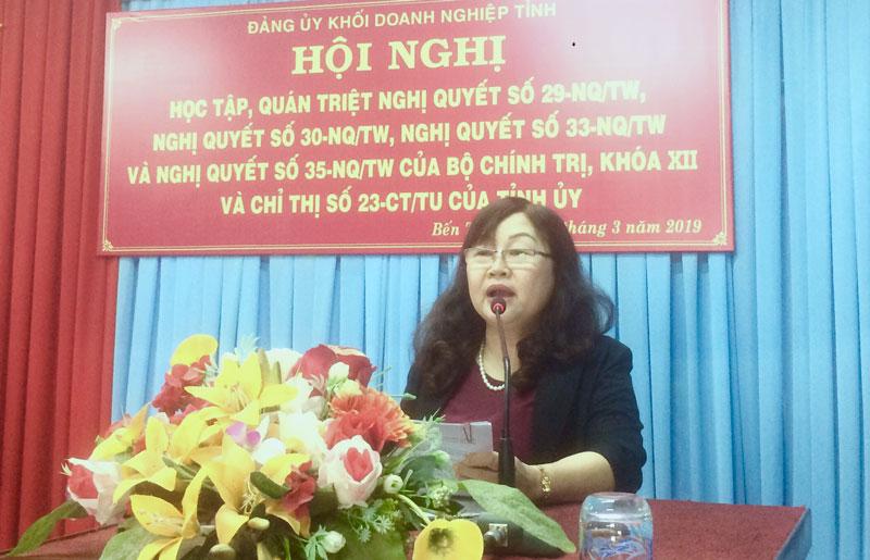 Phó bí thư Đảng ủy Khối Doanh nghiệp tỉnh Đỗ Thị Mai quán triệt nội dung các nghị quyết tại hội nghị. Ảnh: Trần Phương