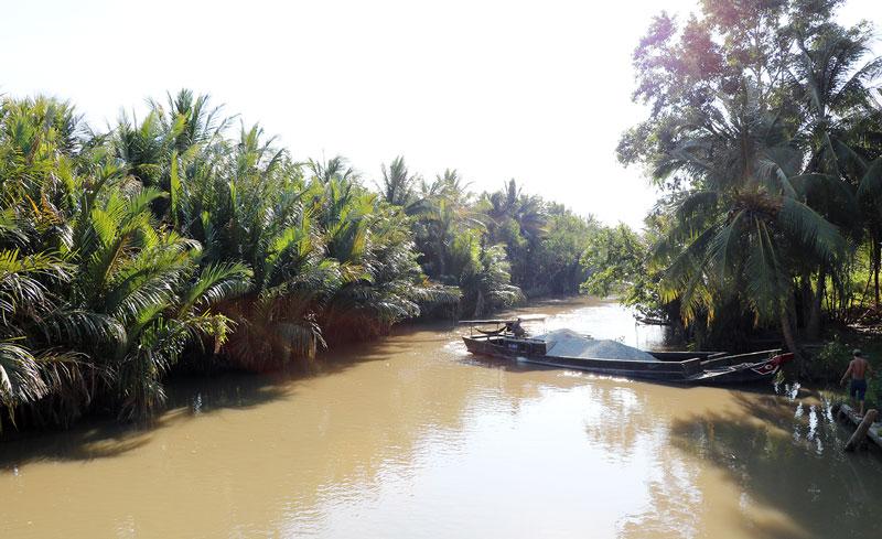 Dòng kênh Phụ Nữ - công trình tập thể của hàng ngàn phụ nữ hai huyện Mỏ Cày và Thạnh Phú.