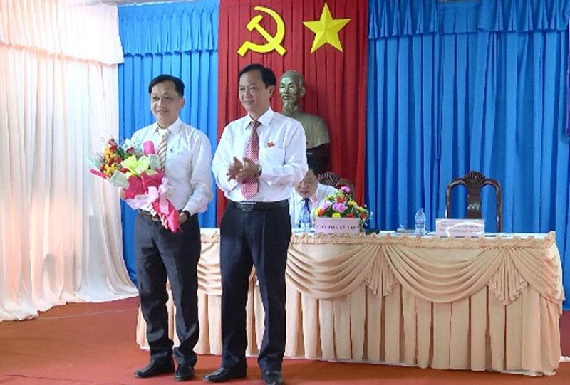 Ông Trịnh Văn Nảo - Trưởng phòng Nội vụ huyện được bầu vào chức danh Ủy viên UBND huyện, nhiệm kỳ 2016-2021.