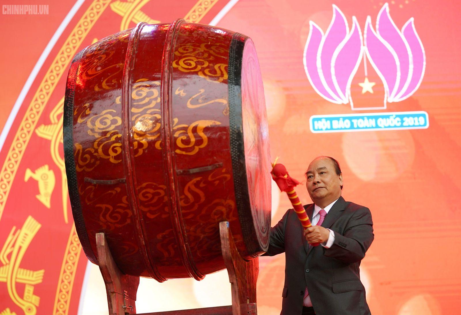 Thủ tướng đánh trống khai mạc Hội Báo toàn quốc 2019. Ảnh: VGP/Quang Hiếu