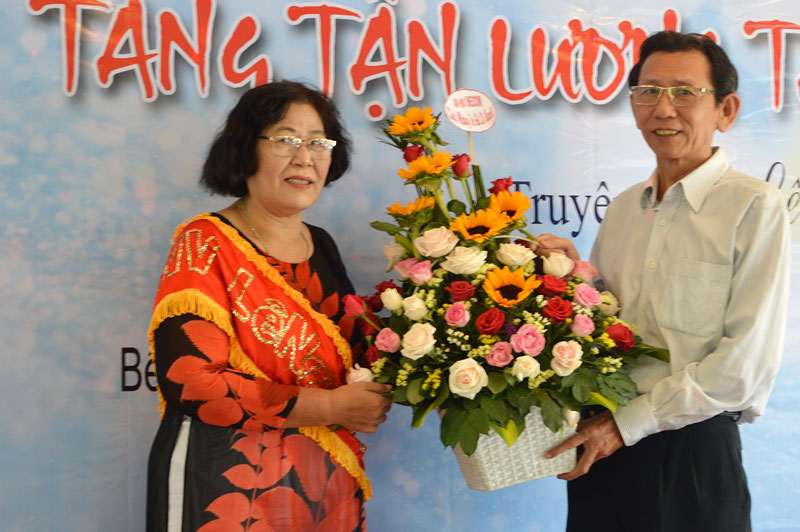 Tác giả Lê Nguyệt (trái) và khách mời.