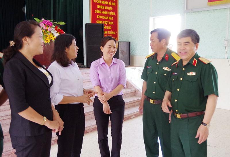 Tư vấn tuyển sinh tại Trường THPT Nguyễn Trãi, huyện Giồng Trôm. Ảnh: Huỳnh Dũng