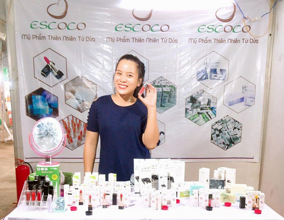 Gian hàng Công ty ESCOCO Vietnam giới thiệu đặc sản từ Dừa Bến Tre. Ảnh: STKN Bến Tre