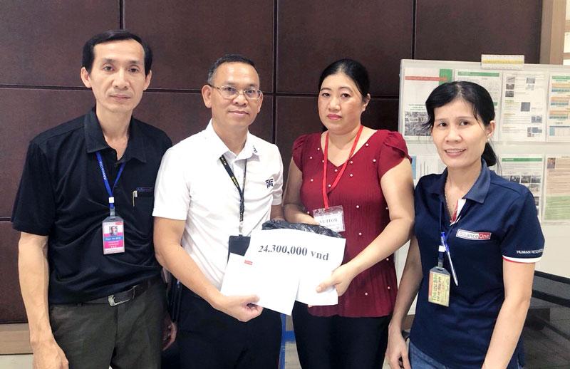 Ban Giám đốc và Ban Chấp hành Công đoàn Công ty TNHH May mặc Alliance One trao tặng số tiền 24,3 triệu đồng cho chị Lê Thị Kim Chốn. Ảnh: P.V