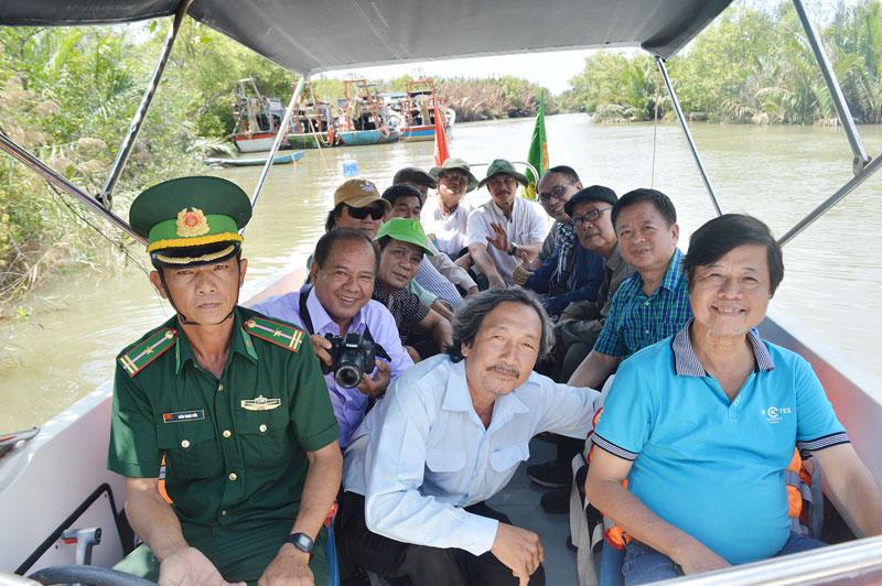 Các nhạc sĩ được chiến sĩ Đồn Biên phòng Cửa Đại đưa đi trải nghiệm sông nước.