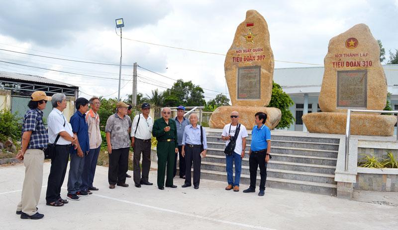 Các nhạc sĩ về thăm di tích lịch sử tại huyện Thạnh Phú.