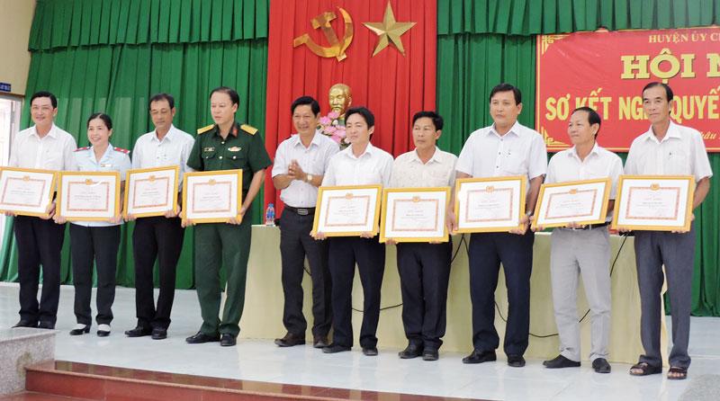 9 tập thể được nhận giấy khen của Ban thường vụ Huyện ủy.