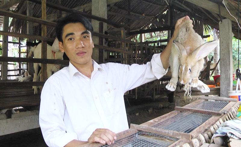 Anh Bùi Văn Hiền mở rộng mô hình với việc nuôi thêm thỏ.