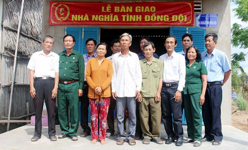 Các đại biểu chụp hình lưu niệm tại lễ bàn giao nhà.