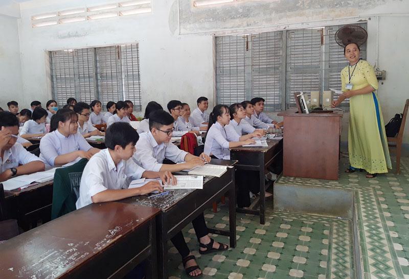 Giáo viên và học sinh Trường THPT Che Guevara (Mỏ Cày Nam) trong tiết học.