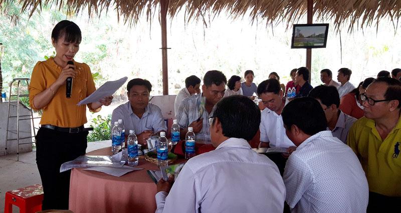 Giáo viên tham gia phát biểu về cách thực hiện tiết học ngoài nhà trường.