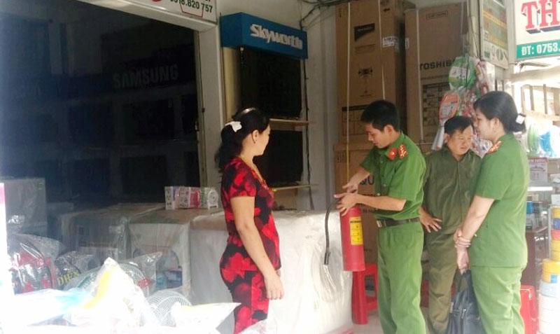 Kiểm tra công tác phòng cháy, chữa cháy tại các hộ kinh doanh. Ảnh: CTV