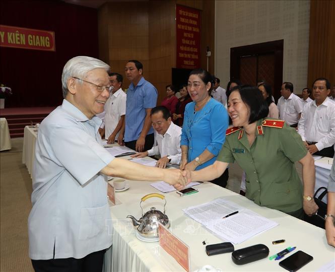 Tổng Bí thư, Chủ tịch nước Nguyễn Phú Trọng với lãnh đạo và cán bộ chủ chốt tỉnh Kiên Giang.