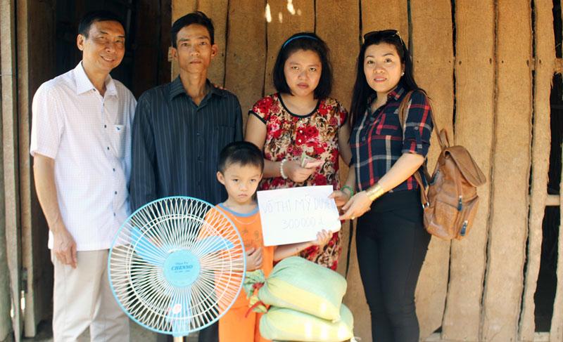 Đại diện Hội Thiện nguyện Phúc Lạc trao quà cho gia đình anh Trần Thanh Rô.