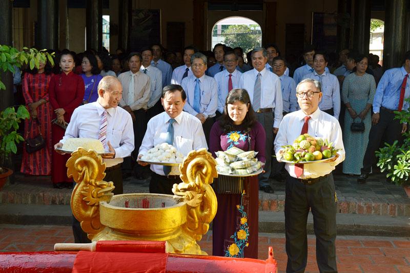 Phó bí thư Tỉnh ủy Trần Ngọc Tam và lãnh đạo tỉnh dâng phẩm vật và dâng hương Giỗ tổ Hùng Vương.  Ảnh: A.Nguyệt