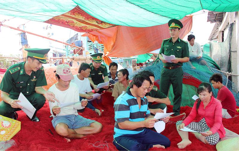 Bộ đội Đồn Biên phòng Hàm Luông tuyên truyền pháp luật trong nhân dân. Ảnh: Huỳnh Đức