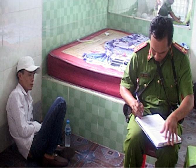 Lực lượng chức năng lập hồ sơ xử lý đối tượng Dương Tấn Đạt. Ảnh: Ngọc Lãm