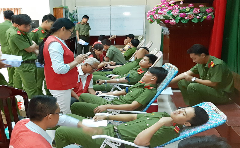 Đoàn viên, thanh niên Công an tỉnh tham gia hiến máu.