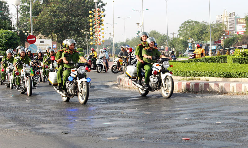 Lực lượng Công an đang trên đường thi hành nhiệm vụ.