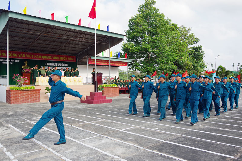 Lực lượng dân quân tự vệ tham gia duyệt đội ngũ trong lễ ra quân huấn luyện 2019. Ảnh: Đặng Thạch