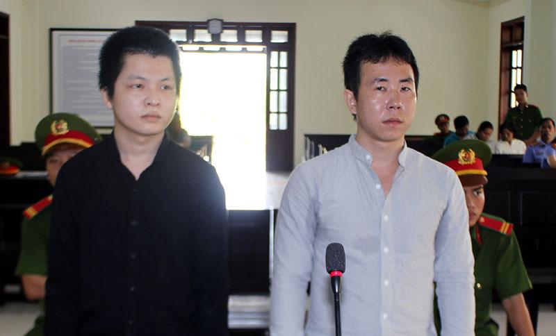 Bị cáo Trần Quốc Huy (bên phải) và bị cáo Nguyễn Nhựt Duy tại phiên tòa hình sự sơ thẩm ngày 18-4-2019.