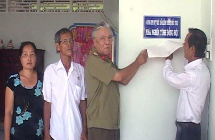 Lãnh đạo tỉnh hội và nhà tài trợ tặng nhà cho cựu chiến binh nguyễn Minh Tòng, Khu phố 1, Thị trấn Chợ Lách.