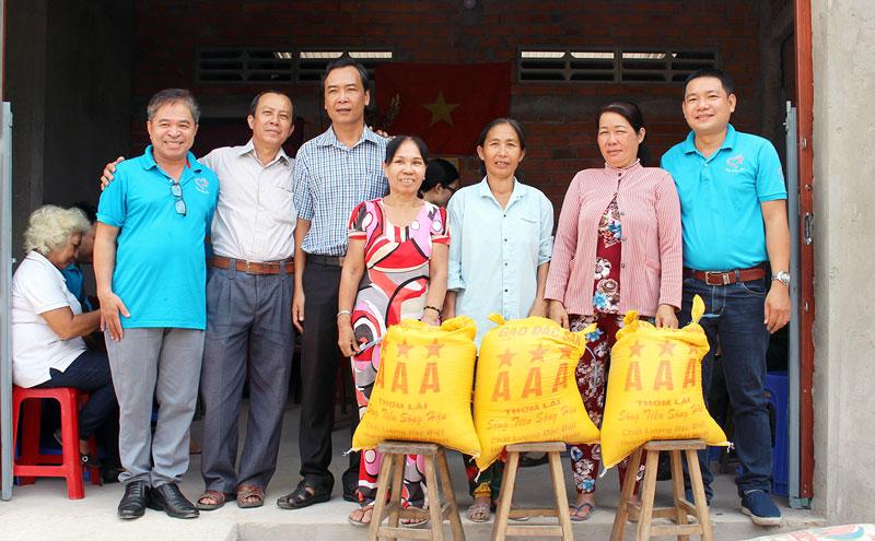 Bàn giao nhà tình thương cho 3 hộ dân ở xã Thạnh Ngãi, huyện Mỏ Cày Bắc.