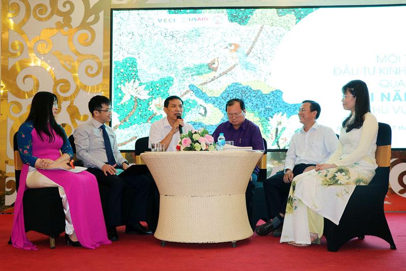 Chủ tịch UBND tỉnh Cao Văn Trọng (thứ 3, trái sang) và các chuyên gia, lãnh đạo các tỉnh trong buổi tọa đàm kinh nghiệm thực tiễn ở các địa phương.