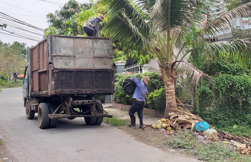 Xe rác thu gom rác trên địa bàn thị trấn Chợ Lách.