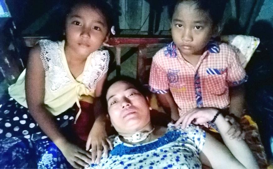 Cặp chị em song sinh Xuân Mai - Quang Vinh luôn quấn quýt bên mẹ.