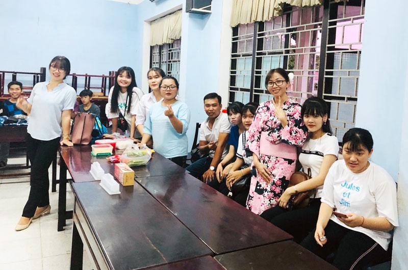 Sinh viên, học sinh Trường Cao đẳng Bến Tre trải nghiệm làm cơm cuộn rong biển và mặc Kimono của người Nhật. Ảnh: Ngân Trần