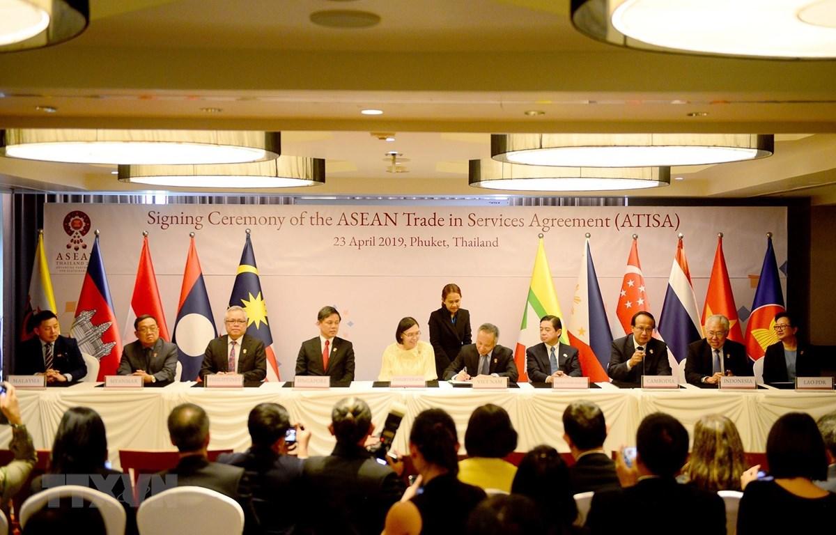 Thứ trưởng Bộ Công Thương Trần Quốc Khánh ký Hiệp định Thương mại Dịch vụ ASEAN (ATISA). Ảnh: Ngọc Quang/TTXVN