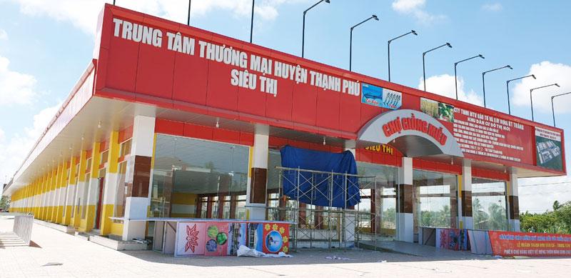 Trung tâm thương mại huyện Thạnh Phú. Ảnh: Quốc Vinh