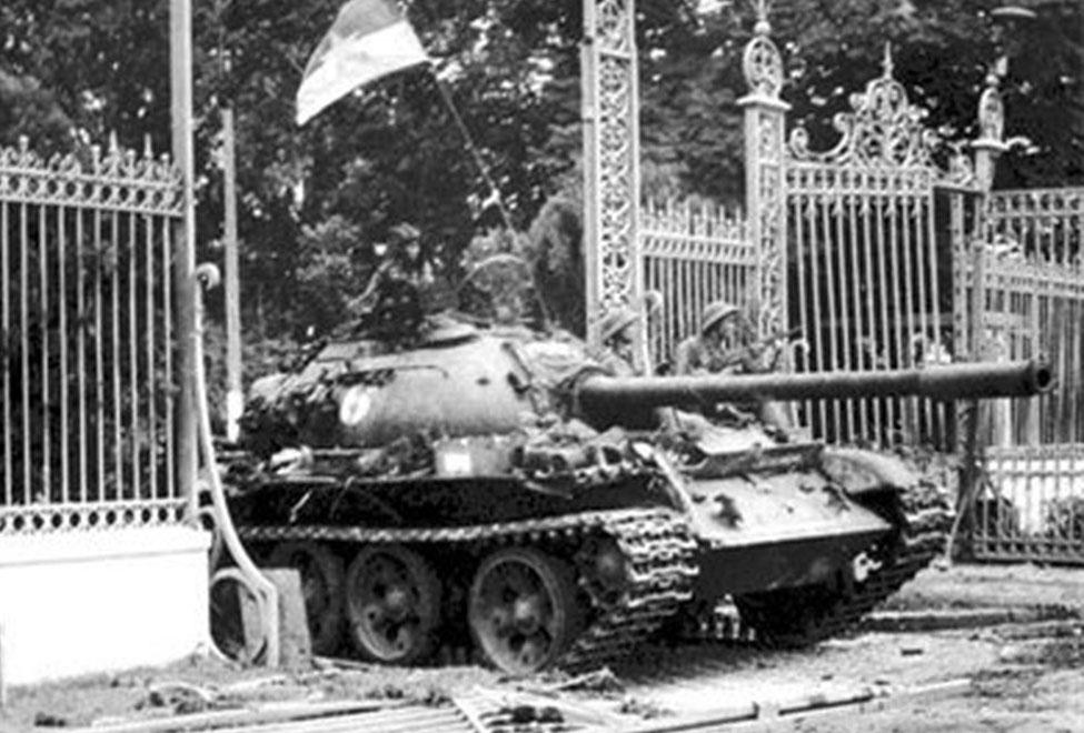 Xe tăng của quân giải phóng húc đổ cánh cổng tiến vào Dinh Độc Lập trưa ngày 30-4-1975. Ảnh: Tư liệu