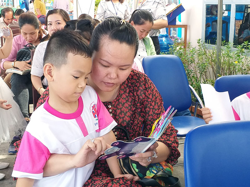 Phụ huynh cùng con đọc sách.