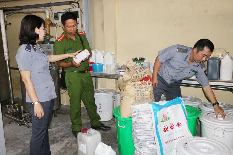 Đoàn thanh tra liên ngành tỉnh về vệ sinh ATTP kiểm tra ATTP trong Tháng hành động vì ATTP. Ảnh: Phan Hân