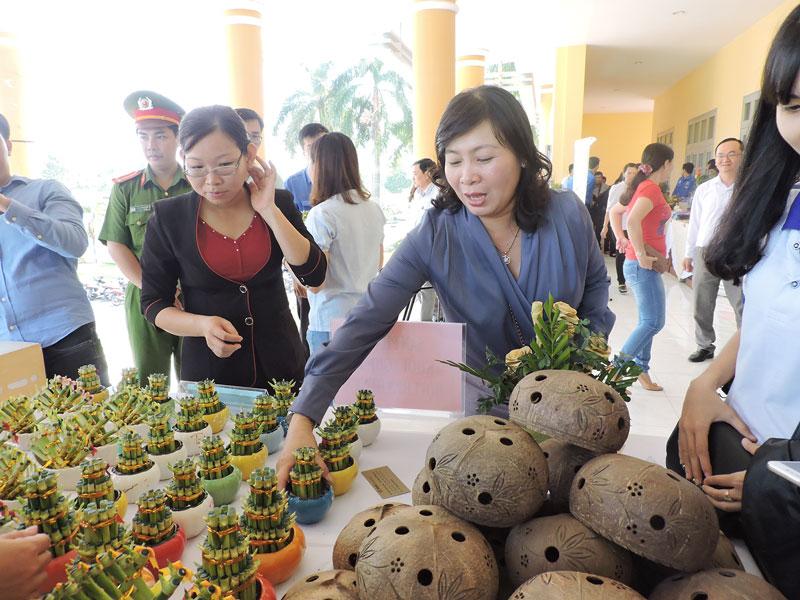 """Đại biểu tham quan các gian hàng trưng bày sản phẩm địa phương tại Ngày hội """"Khởi nghiệp, việc làm và xuất khẩu lao động"""" của huyện."""