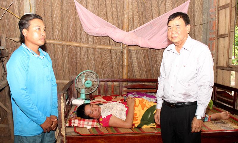 Bí thư Tỉnh ủy Võ Thành Hạo thăm hỏi bệnh tình của chị Nhung.