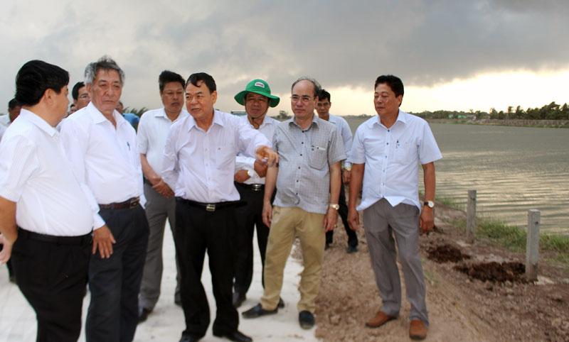 Bí thư Tỉnh ủy khảo sát tiến độ thi công tại Hồ chứa nước ngọt Ba Tri.